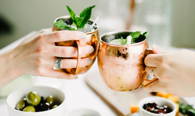 women_drinking_moscow_mules-828x492
